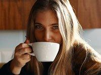 delta_cevada rapariga a beber café