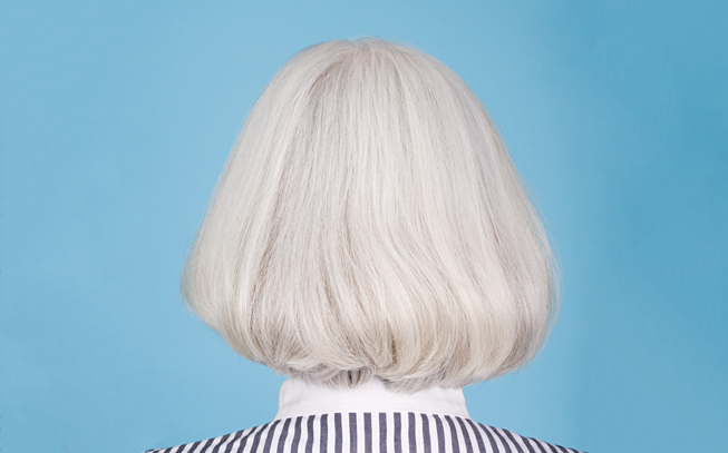Os cabelos brancos estão na moda. Aprenda a tratar deles