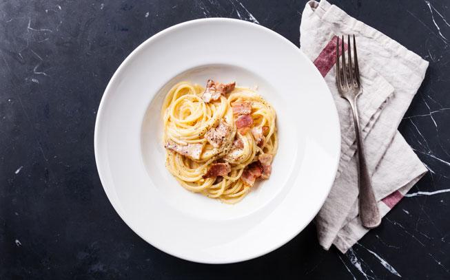 Adora comida italiana? Experimente esta massa carbonara
