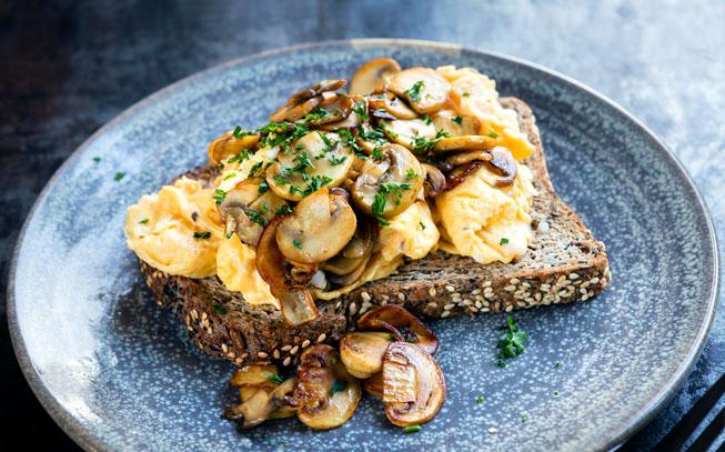 Sem tempo para cozinhar? Faça estes ovos mexidos com cogumelos