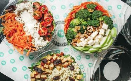 Saladas prontas a comer para quando não tem tempo para almoçar