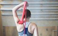 7 exercícios para tonificar (e só precisa de um elástico)