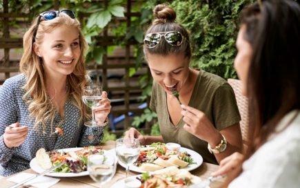 4 razões pelas quais deve obrigar-se a fazer pausa para almoço