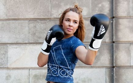 5 exercícios para trabalhar os bíceps, queimar calorias e treinar como uma pugilista