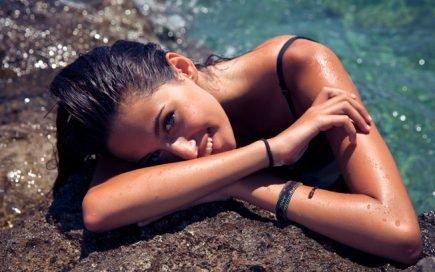 s raios UVA e UVB estimulam a perda de queratina, destroem e oxidam os cabelos, que perdem a cor e ficam ressecados. A longa exposição ao sol pode até queimar o couro cabeludo e descamar.O