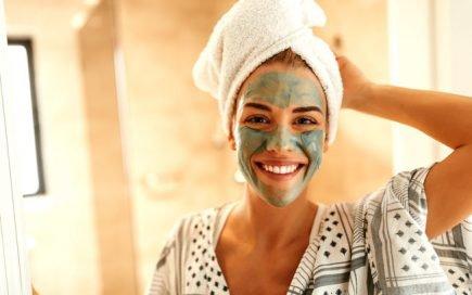 máscara de argila verde na cara