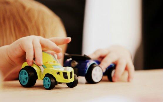 menino a brincar com carros