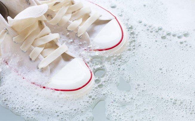 Sabe como limpar ténis brancos? Não se preocupe, temos a