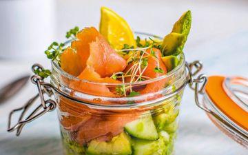 Experimente esta fresca salada de abacate e salmão fumado