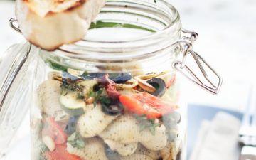 Salada de massa fria com tomate e azeitonas. Simples mas com todo o sabor