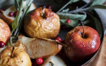 Peras e maçãs assadas com arandos e sálvia, um doce que reconforta