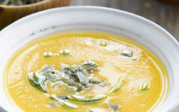 Esta sopa de abóbora com couve-flor é típica de outono