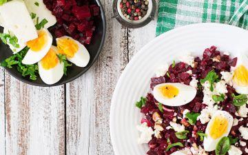 Salada de beterraba ralada e ovo para quem quer uma refeição ligeira