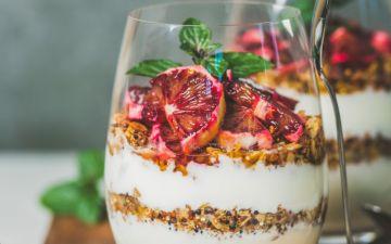 Copos de iogurte grego, granola e toranja com hortelã