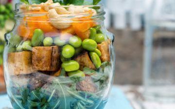 Esta salada de tofu crocante com vegetais e cajus vai surpreendê-la