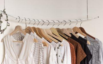 Estas soluções para arrumar roupa são ideais para quem não tem armário