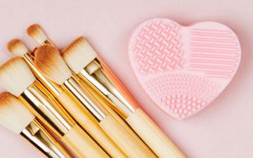 Sabe mesmo como limpar os seus pincéis de maquilhagem?
