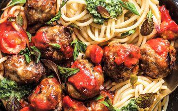 Almôndegas com esparguete, molho de tomate assado e pesto
