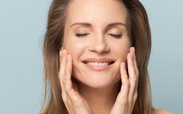 Massagens faciais para exercitar o rosto (e que pode fazer em casa)