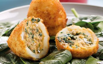 Ovos recheados com atum e espinafres para uma refeição barata e deliciosa