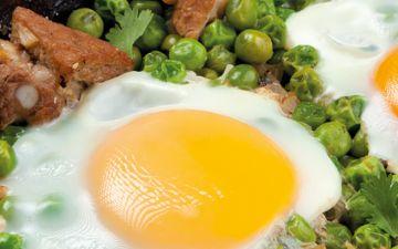 Gosta de ervilhas com ovos escalfados? Experimente esta receita com costeletas