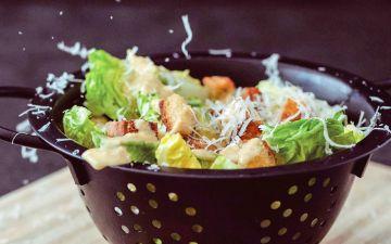 Salada César com croutons para uma refeição refrescante