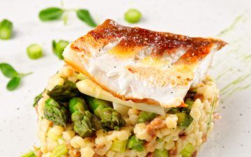 Procura uma refeição fácil e saborosa? Faça uma dourada com arroz de cogumelos