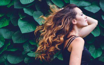 Queda de cabelo: as causas e a solução de origem natural para o seu cabelo