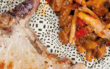 Sem glúten nem lactose: experimente estas costeletas de porco com ratatouille