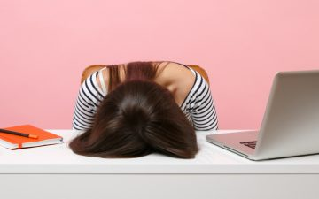 As mulheres são quem mais sofre com as reuniões no Zoom, afirma estudo