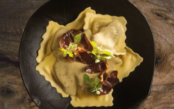 Ravioli: experimente esta receita com molho foie e presunto de pato