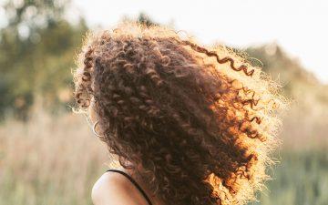 Eis os principais cuidados a ter com o cabelo encaracolado