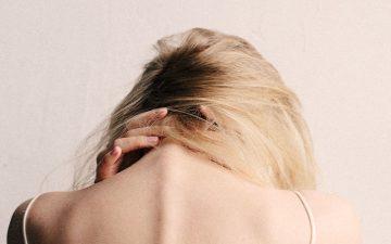 Combata as dores no pescoço causadas pelo tech neck, um problema do século XXI
