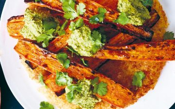 Prepare o grelhador e faça cenouras no churrasco com arroz integral tostado e mole verde
