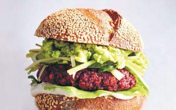 Este hambúrguer vegetariano é uma mistura de beterraba, abacate e queijo (e não só)