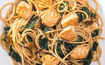 Prefere esparguete integral? Faça esta receita com salmão e espinafres